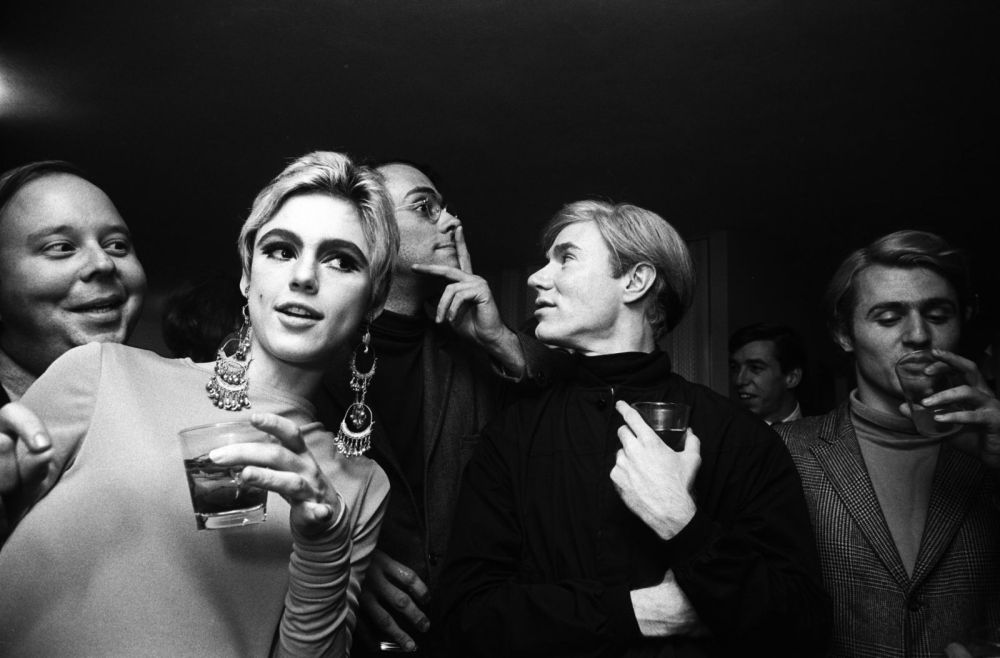 01-foto-steve-schapiro-andy-warhol-edie-sedgwick-and-entourage-new-york-1965-collectie-hugo-and-carla-brown
